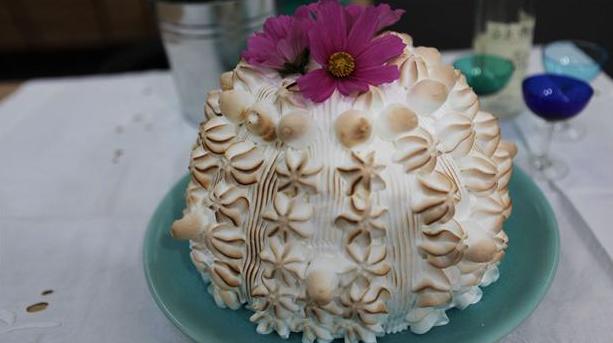 Baked Alaska med marengs udenpå og iskold parfait indeni.