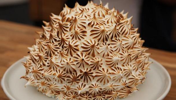 Baked Alaska med marengs yderst og trefarvet parfait indeni.