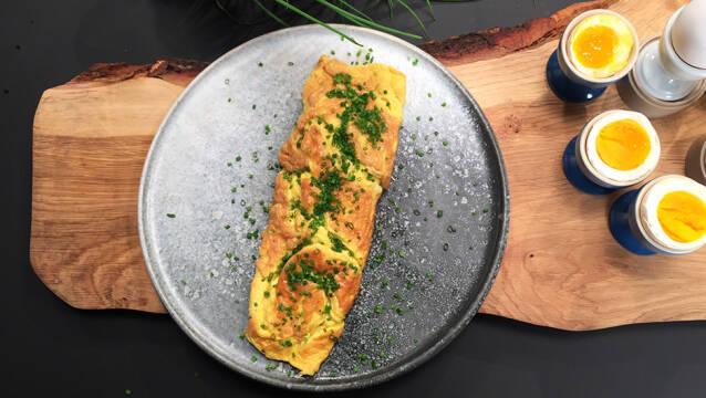 Klassisk omelet af æg med purløg