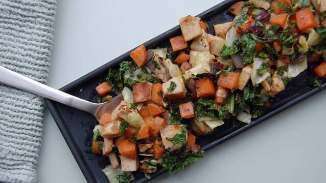 Grøn biksemad med gulerødder, kød og grønkål