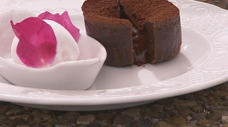 Billede af lækker, blødende chokoladekage, hvor midten er ubagt