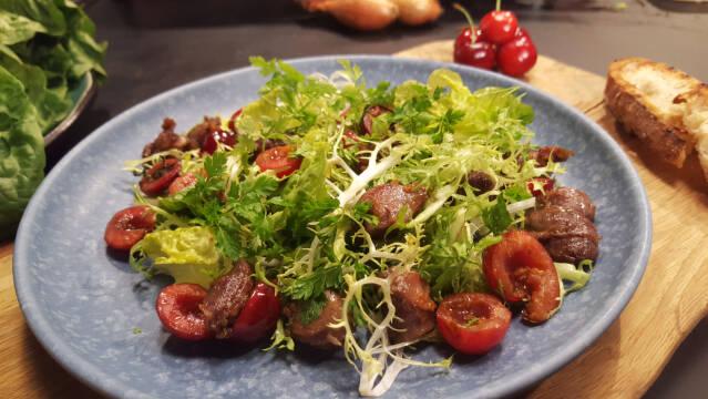 Salat med kråser og kirsebær