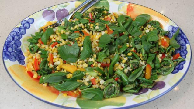 Billede af salat med lune majs og bregner