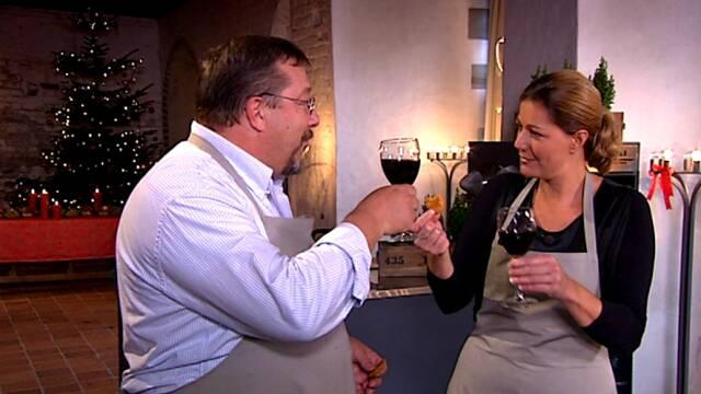 James og Mette spiser kiks og drikker vin
