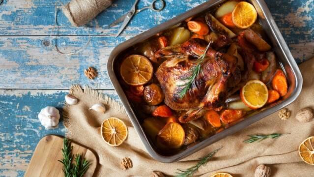 Ovnstegt kylling i fad med grøntsager og citron