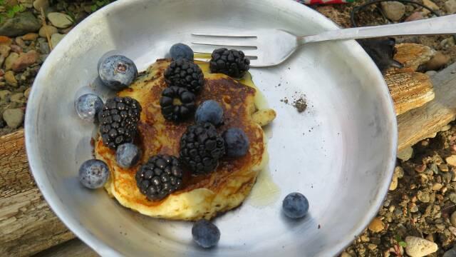 Billede af lækre tykke pandekager med friske skovbær som en god morgenmad.