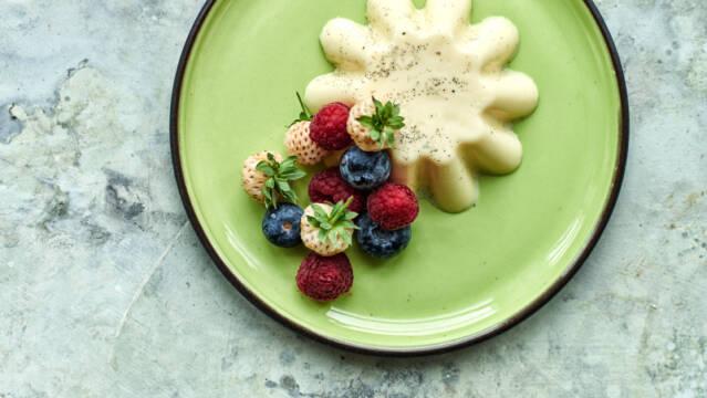 Panna cotta med blåbær og jordbær