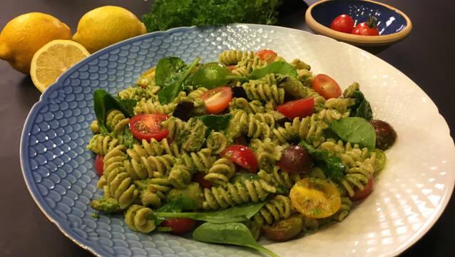 Nem og hurtig pastaret med hjemmelavet pesto, aubergine, spinat og tomat.