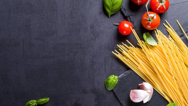 Pasta, tomater og hvidløg er vigtige ingredienser til en god pastaret.