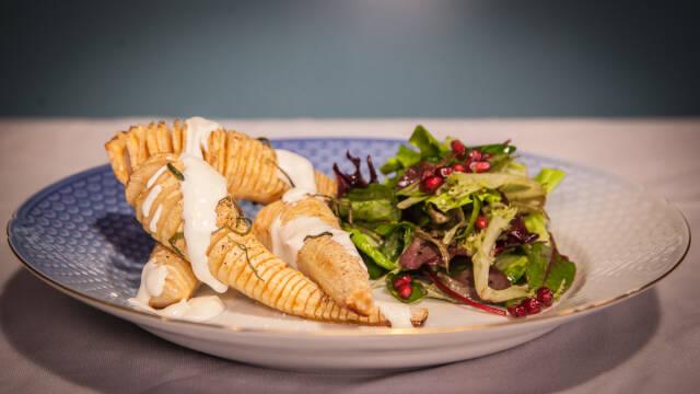 Hasselback-pastinakker med syrlig creme fraishe-dressing og frisk salat.