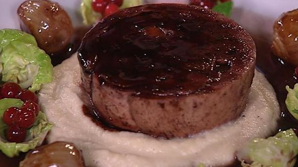 Billede af perlehøneballotine med jordskokpuré, rosenkål og tyttebær.