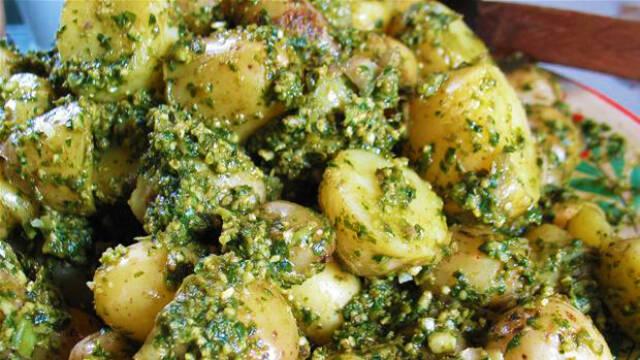Klassisk grøn pesto på kogte kartofler