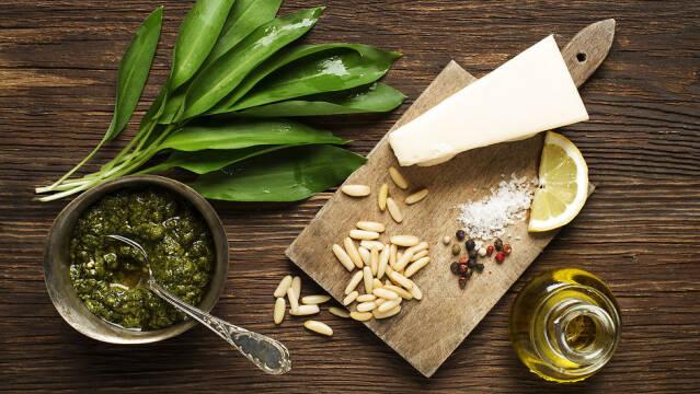 Ingredienser til hjemmelavet pesto