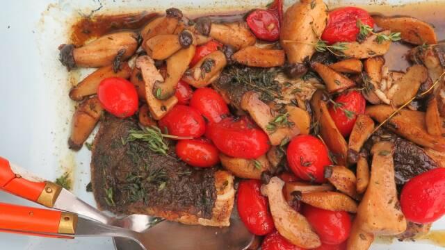 Billede af stegt pighvar med tomater og kejserhatte
