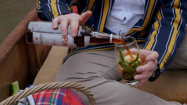En der hælder en drink op i et glas