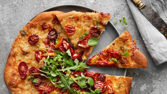 Pizza med ost og tomat
