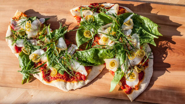 friskbagt pizza med fisk