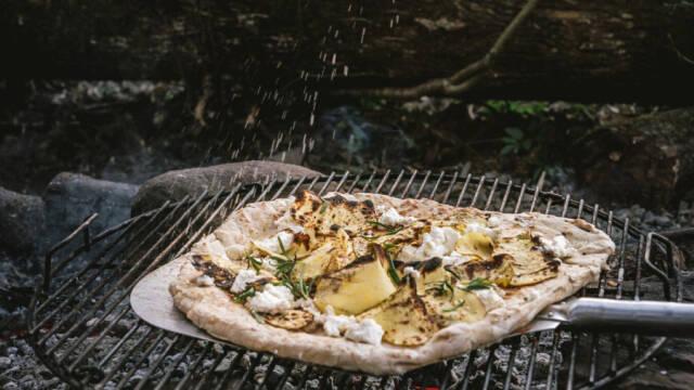 Hvid pizza med kartoffel på bål.