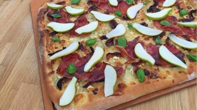 Hvid pizza med nødder, pære og ost.