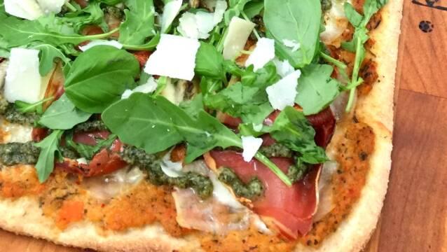 Pizza med serano, pesto og artistokker.