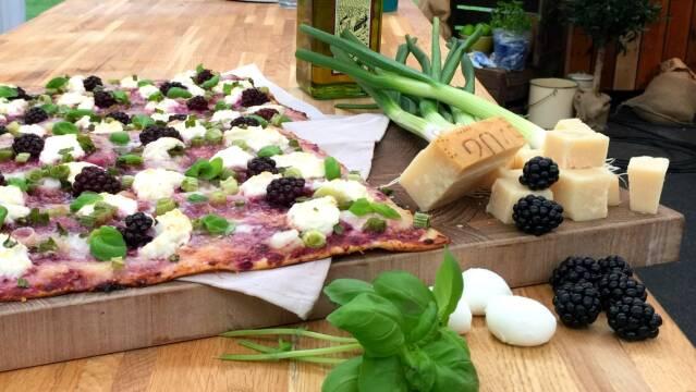 Smuk pizza med friske bær og italienske oste.