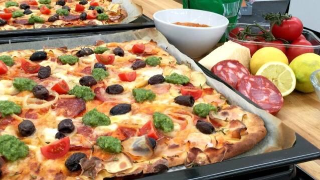Pizza med lækkert fyld i bradepander