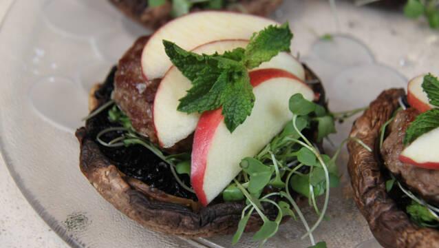 Billede af portobelloburger med lam og æbler