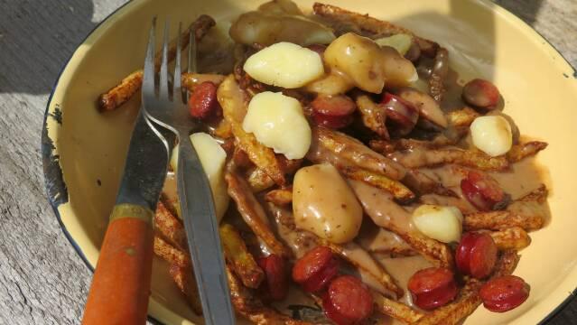 Billede af solid morgenmad med kartofler, pølser og potineost.