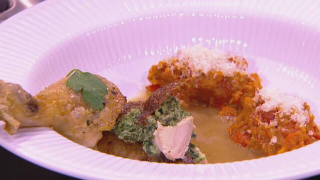 Billedet viser en en portion farseret kylling, tomat- og auberginekompot samt lidt pebersauce.