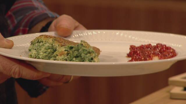 Billedet viser en tallerken anrettet med et stykke spinatsouffle og en smule kompot af røde peberfrugter.