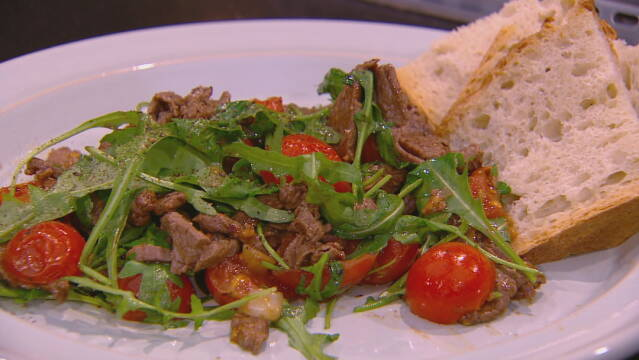 Billede af den italienske ret straccetti pomodorini e rughetta med grydebrød.