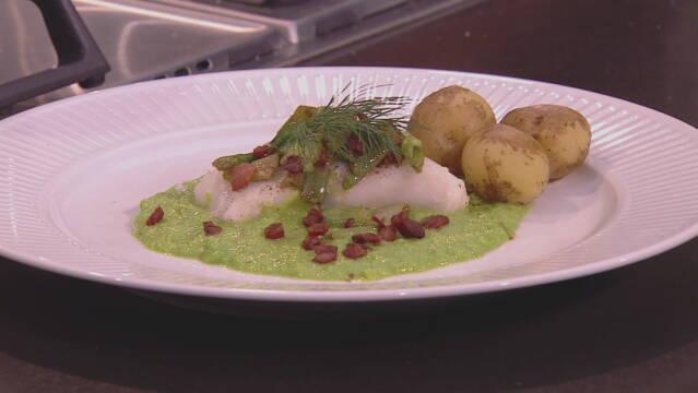 Billede af bagt torsk i ærtepure med nye danske kartofler.