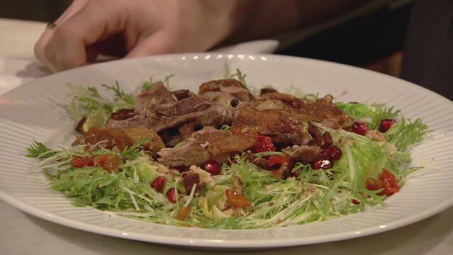 Billede af lun salat med confiteret gåselår med granatæble og valnødder.