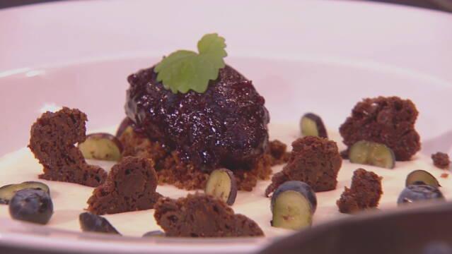 Billedet viser en ricottafromage med blåbærsorbet, bagt hvid chokolade og ingefærcumble.