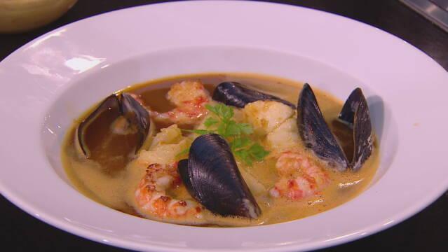 Billedet viser den franske suppe bouillabaisse.