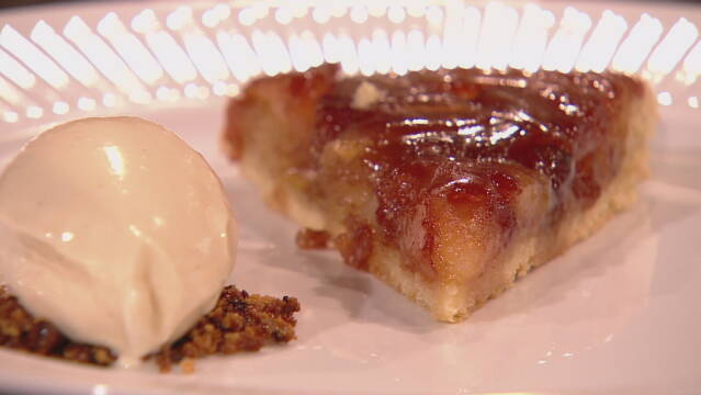 Billedet viser en tarte tatin serveret med lidt flødeis med calvados.