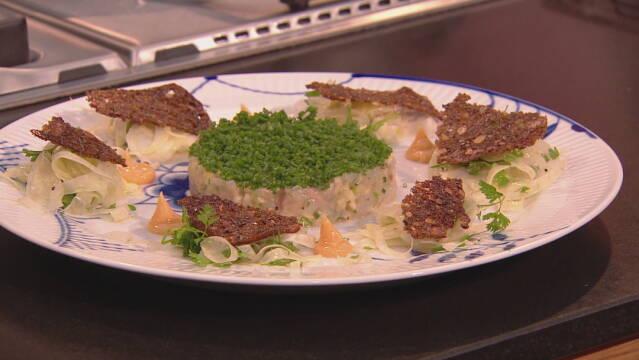 Billede af jomfruhummertatar anrettet med salat, rugbrødscroutoner og jomfruhummermayo.