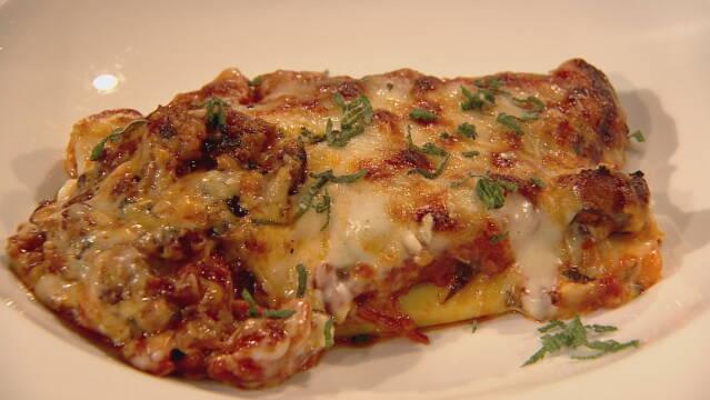 Billede af canneloni med tomatsauce og bechamelsauce bagt ovenpå.