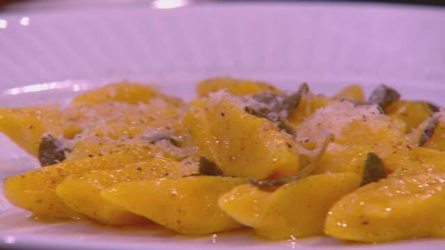 Billedet viser græskar gnocchi med salviesmør.