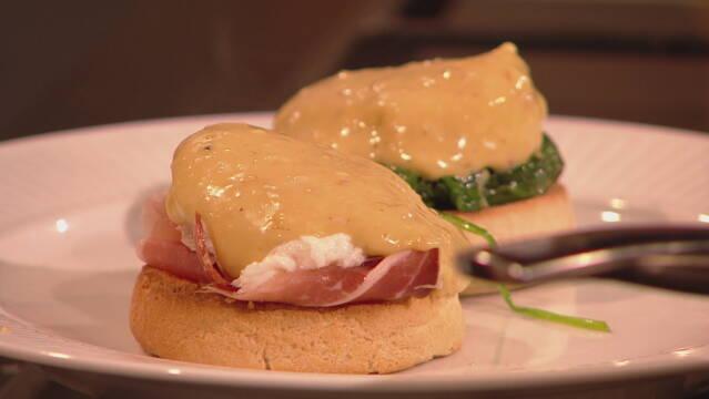 Billedet viser friskbagt muffins med eggs Florentine og eggs Benedict.