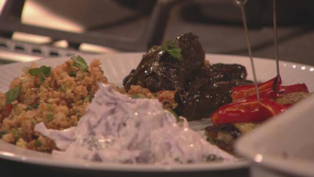 Billede af sarma, aubergine med kötfe, rødkålssalat og kisir. Små tyrkiske retter anrettet på tallerken.