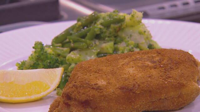 Cordon bleu med sauté af grønne bønner og broccoli af Adam price