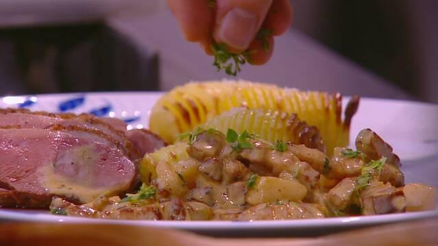 Billede af skøn ret med saftigt andebryst, hasselbagte kartofler og en cremet pære og bacon flødesauce.