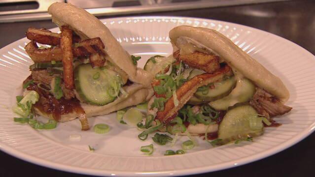 Billede af svinekødssandwich med hjemmelavet agurkesalat, hjemmelavet chilimayonnaise og flæskesvær.