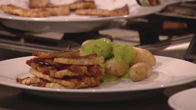 Billedet viser det stegte flæsk, aspargeskartoflerne samt den grønne persillesauce.