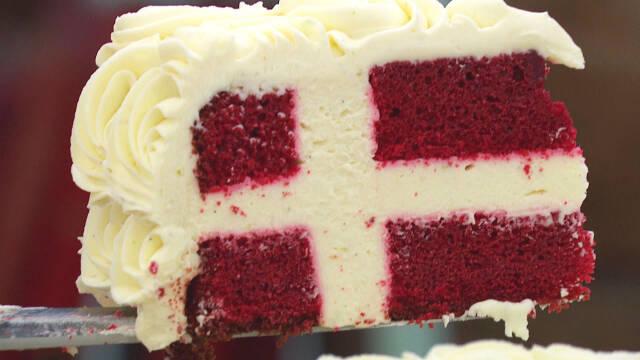 Smuk fødselsdagskage med snit af det danske Dannebrog.