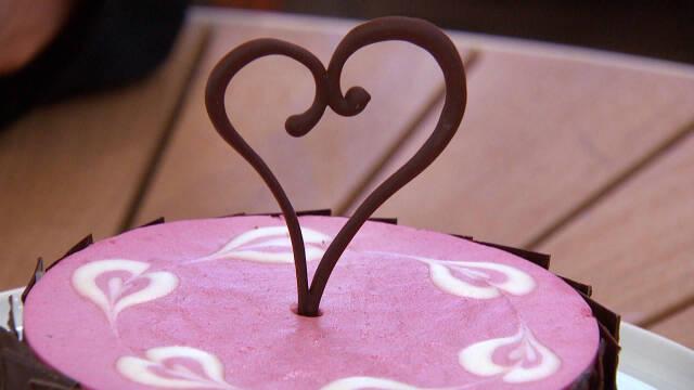 Billede af smuk hjertekage med to slags mousser