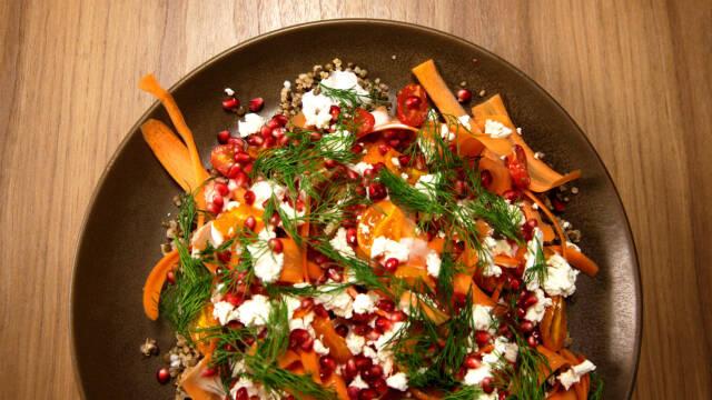 Lækker quinoasalat med gulerødder, feta og dild | Opskrift