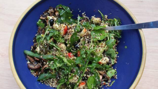 Quinoasalat i blå skål