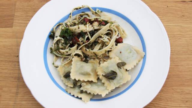 En tallerken med ravioli med salviesmør